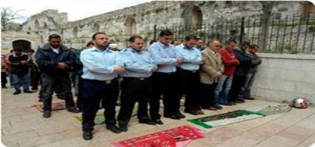 IOF soldiers detain Aqsa guard
