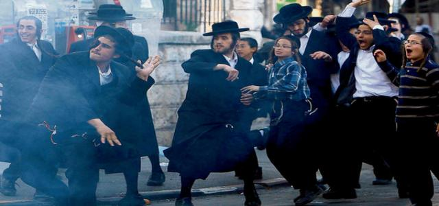 Ultra-orthodox Jews break into the Aqsa Mosque