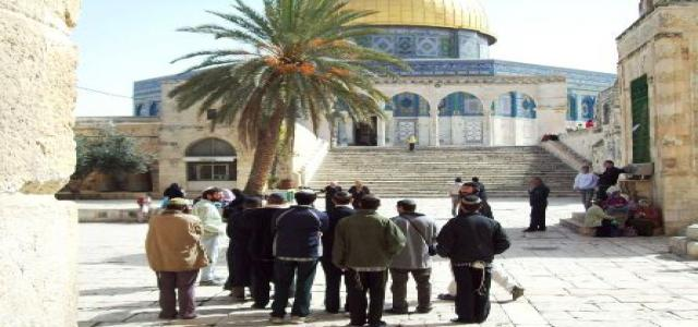 Jewish settlers desecrate Aqsa Mosque, Jerusalemite worshipers face them